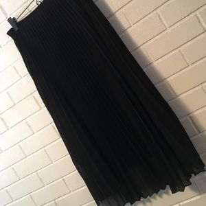 WHITE HOUSE/BLACK MARKET BLACK PLEATED SKIRT🛍